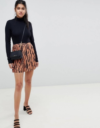 https://www.asos.com/asos-design/asos-design-pleated-mini-skirt-in-tiger-print-with-gold-buttons/prd/10521953?clr=multi&SearchQuery=asos+design+pleated+mini+tiger&SearchRedirect=true