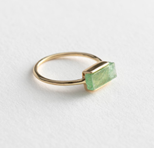 https://www.stories.com/en_eur/jewellery/rings/product.stone-pendant-ring-green.0787022001.html